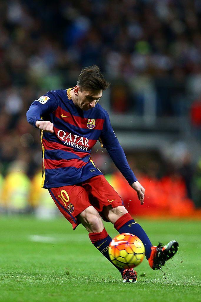 футболист во время игры живое