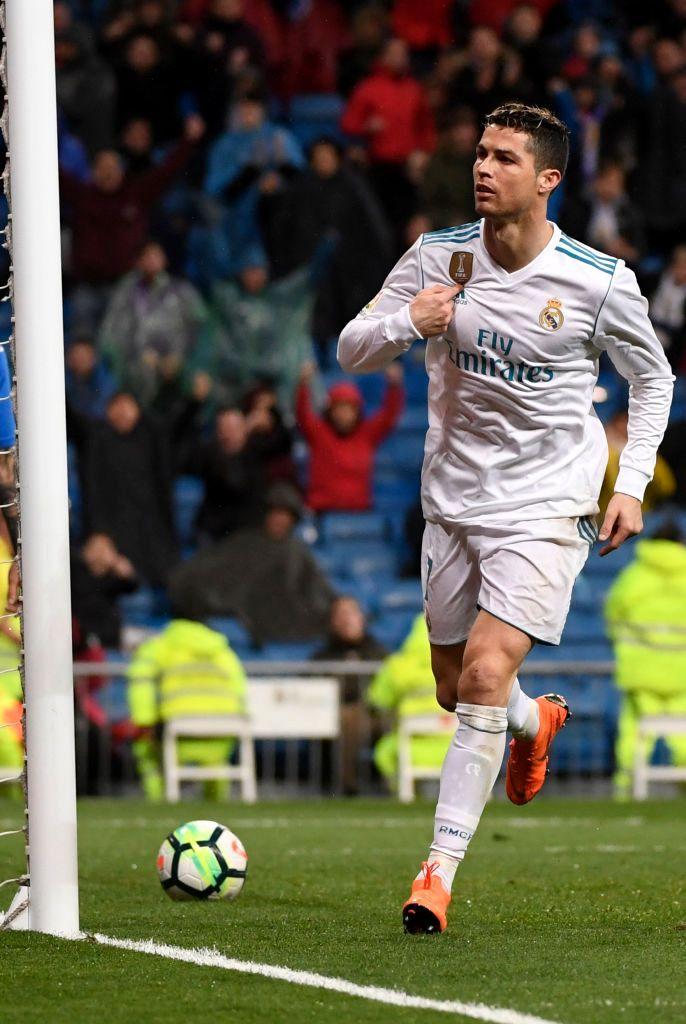 футболист во время игры необычный