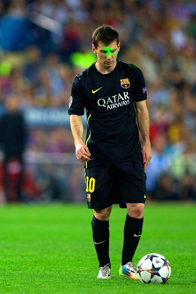 футболист на стадионе живое